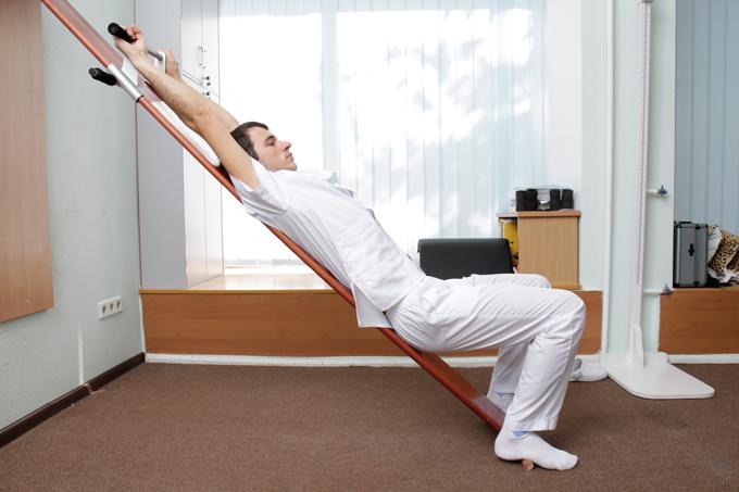 Выполнение упражнений на профилакторе Евминова дополняет, усиливает и удлиняет эффекты достигнуты ударно-волновой терапией при лечении остеохондроза.