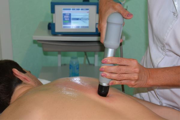 Процедура ударно-волновой терапии на околопозвоночных мышцах