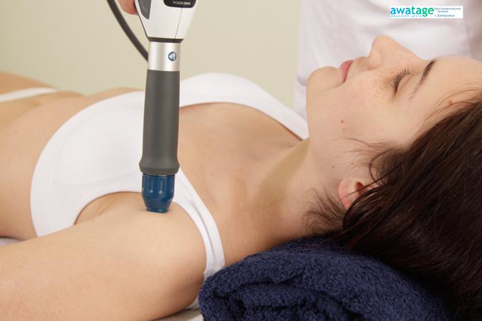 Процедура ударно-волновой терапии в медицинском центре Аватаж при боли в плече.