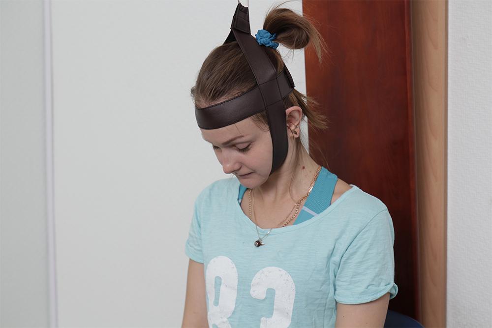 Выполнение упражнений с помощью шейного тренажера Евминова при шейной мигрени.