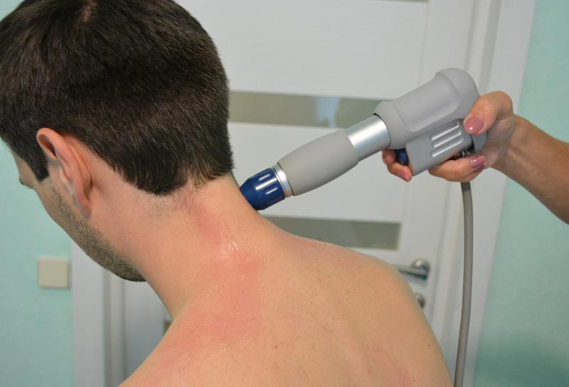 Ударно-волновая терапия при шейной мигрени. Воздействие на проблемные места в области шеи.