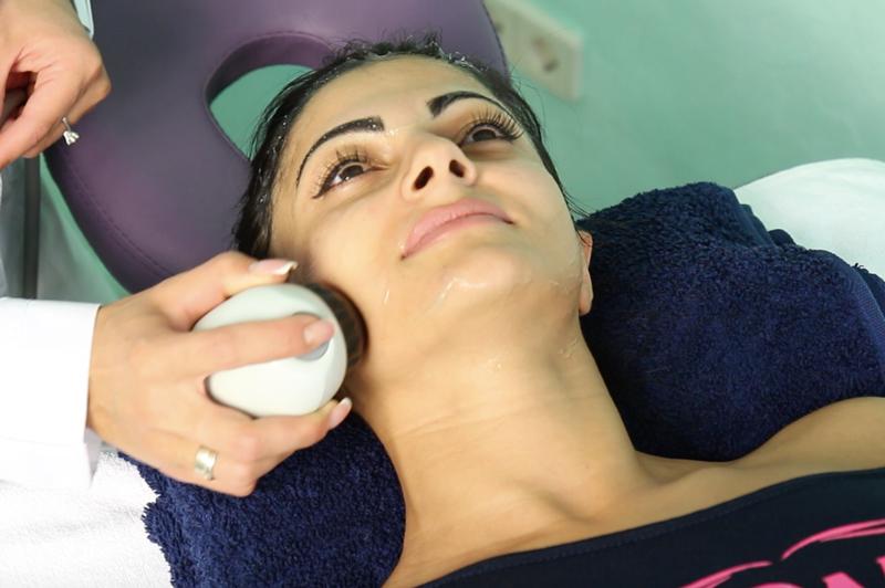 Процедура БМС на лице, с применением питательных кремов.
