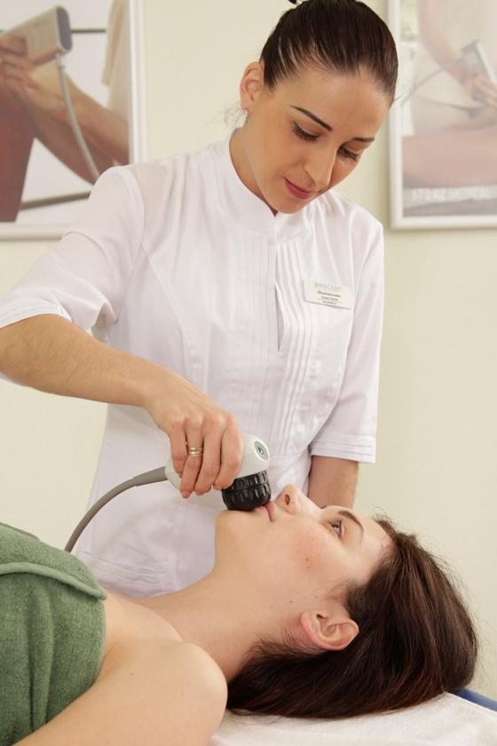 Процедура биомеханической стимуляции мышц придает губам природную пышность.