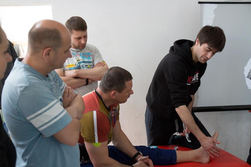 Кинезиологическое тейпирование, тренинг в Киеве. Наложение тейпов на голеностоп.