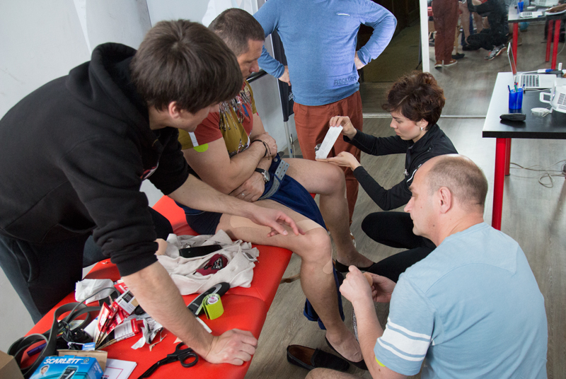 Кинезиологическое тейпирование, тренинг в Киеве. Наложение тейпа на колено.
