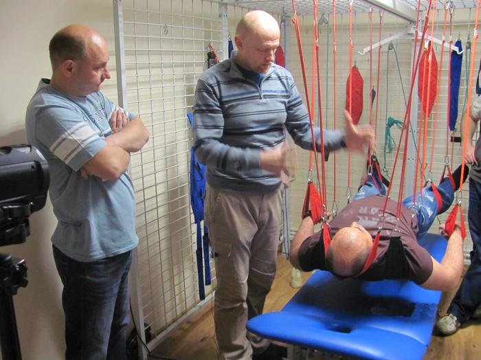 Проведение подвесной терапии на семинаре-тренинге с участием врачей медицинского центра Аватаж.