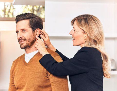 Ношение слухового аппарата - лечение тугоухости.