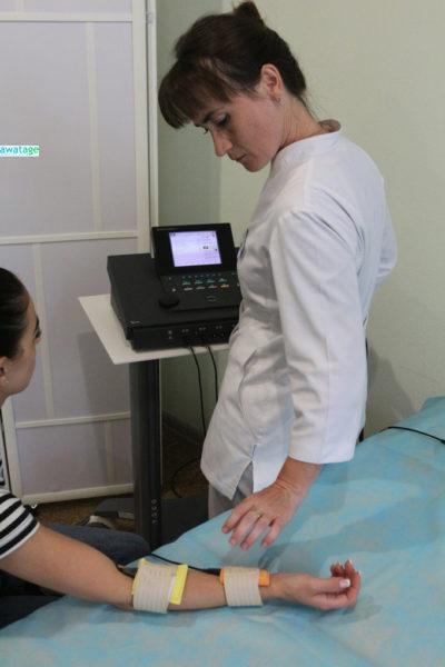 Процедура миостимуляции мышц руки.